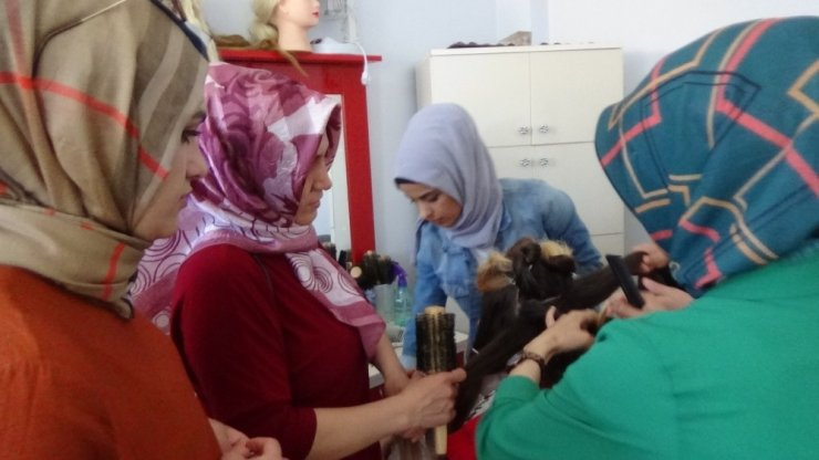 Kadınlar ADEM kursunda meslek öğreniyor