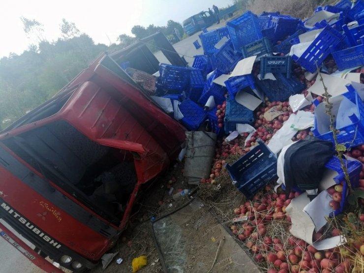 Meyve yüklü kamyon devrildi: 1'i ağır 2 yaralı