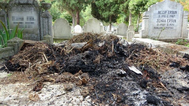 Karı, koca ve oğullarının mezarları tahrip edilerek yakıldı