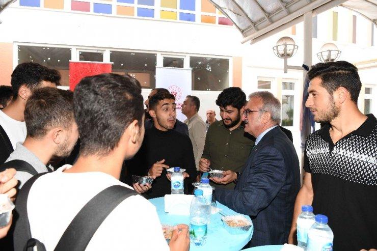 Vali Karaloğlu üniversite öğrencilerine aşure ikram etti