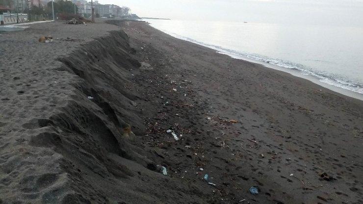 Akçakoca'da korkutan görüntü! Kumsal 3 metre aşağıya indi ile ilgili görsel sonucu