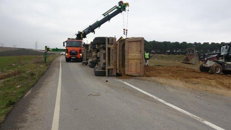 Köpeğe çarpmamak için direksiyonu kırınca hafriyat kamyonu yola devrildi
