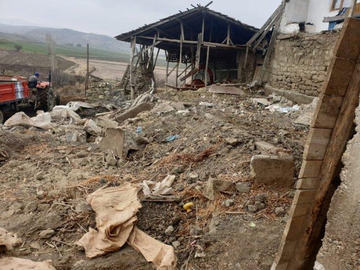 Mandıranın çatı ve duvarı çöktü: 6 hayvan telef oldu