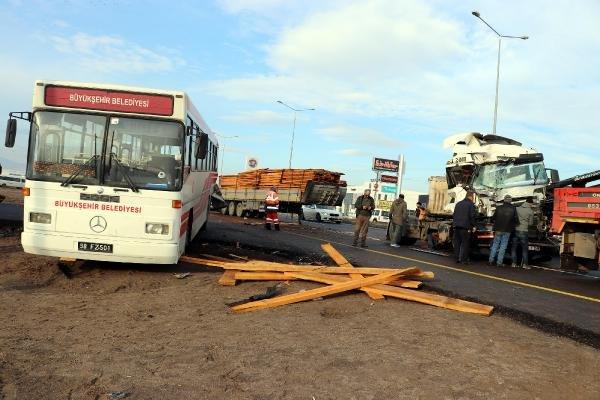 TIR, belediye otobüsüne çarptı: 11 yaralı