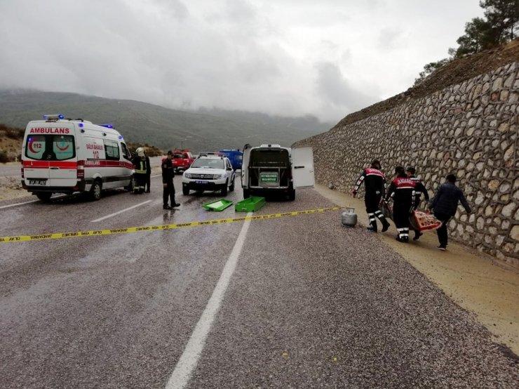 Tüp yüklü kamyonet devrildi: 1 ölü, 1 yaralı