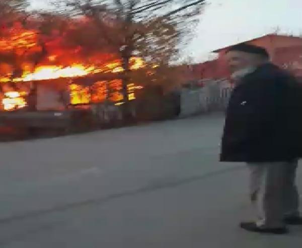 Pendik'te alev alev yanan gecekondu küle döndü