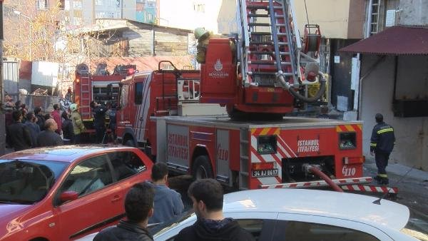 4 katlı binanın çatı katında bulunan tekstil atölyesi alev alev yandı