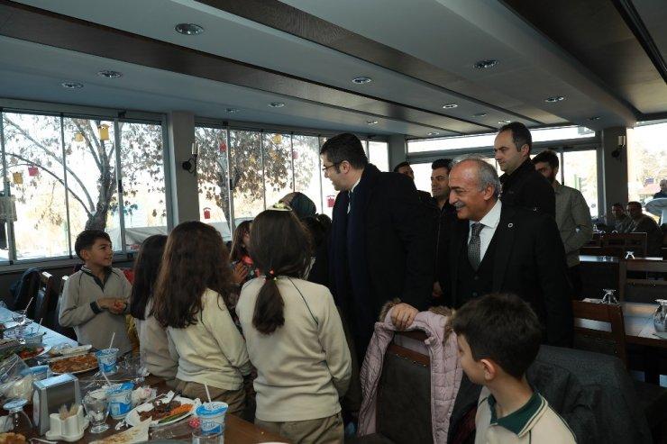 Erzurum Valisi Okay Memiş Ve Rektör Çomaklı, öğrencilerle yemekte buluştu
