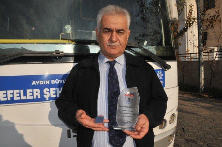 Ayın şoförü ödülünü Emniyet Müdür Yardımcısı Eyipoğlu'ndan aldı