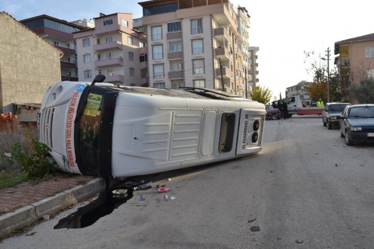 Bilecik'te yolcu minibüsü devrildi: 2 yaralı