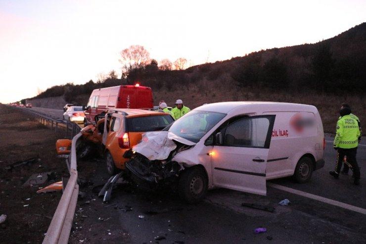Hafif ticari araçla ticari taksi çarpıştı: 1 ölü, 2 yaralı