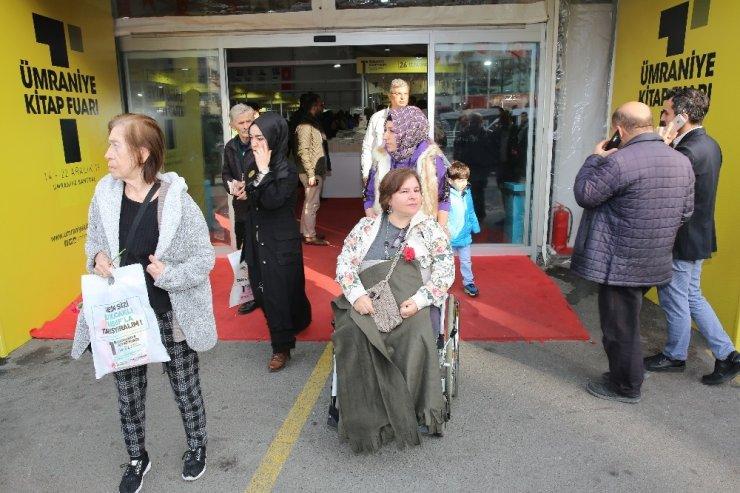 Kitap kurdu yaşlılar kitap fuarında