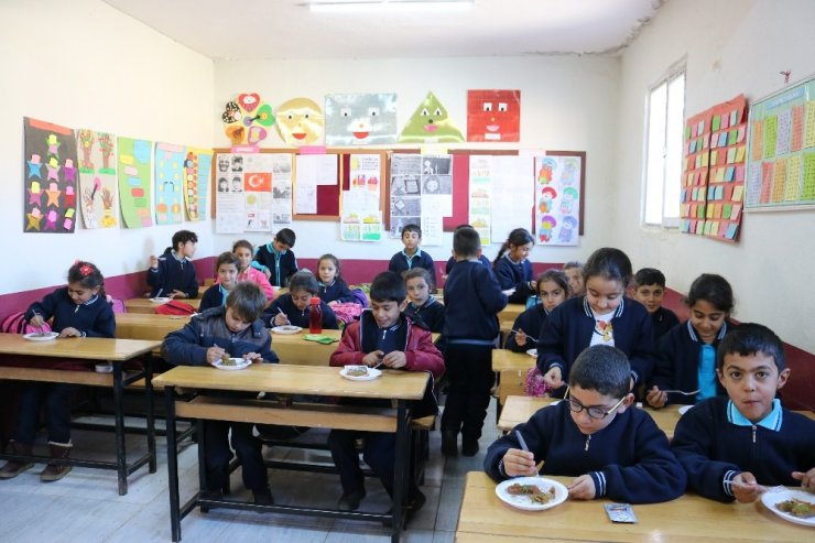 Öğretmen sosyal medyadan talep etti, öğrencilere tatlı yağdı