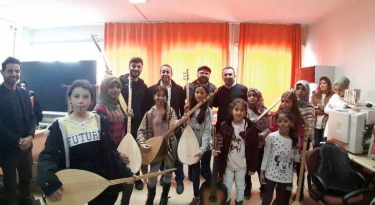 DPÜ'lü öğrencilerden ilkokula müzik sınıfı