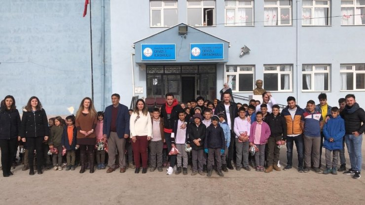 Köy okulundaki miniklerin tıraş mutluluğu
