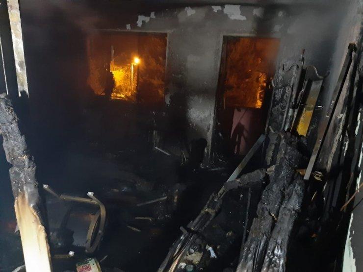 Gediz'de elektrikli ısıtıcı daireyi kül etti
