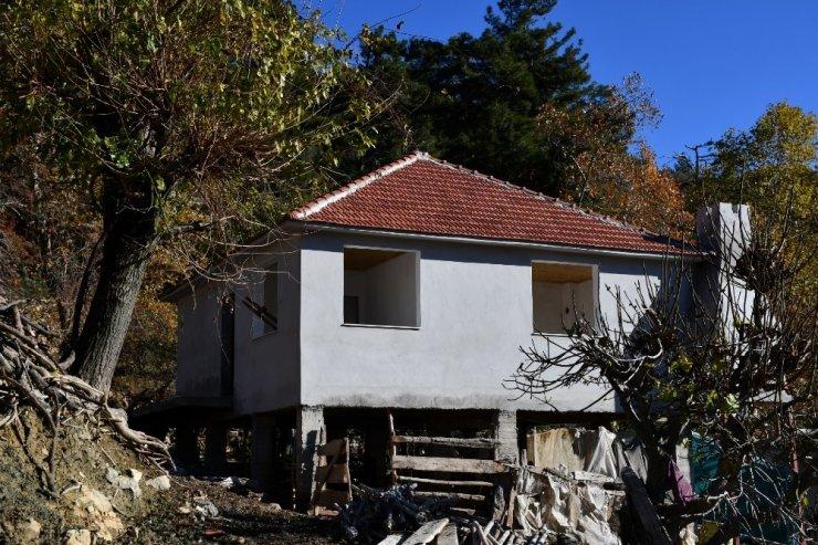 Yangın sonucu kullanılamaz hale gelen ev yeniden inşa edildi