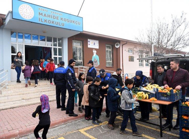 Karatay Zabıta'dan Yerli Malı Haftasında öğrencilere meyve