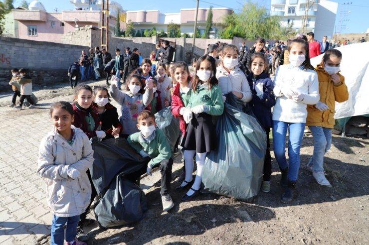 Cizre'de kaymakam, öğrencilerle çevreyi temizledi