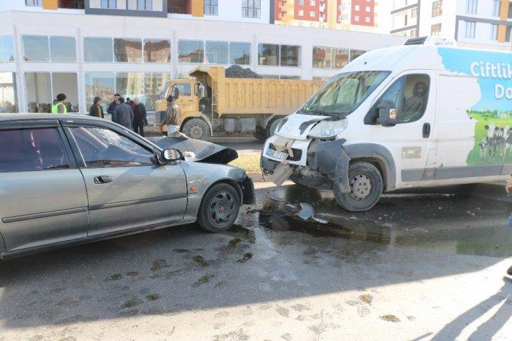 Araçlar kafa kafaya çarpıştı: 2 yaralı