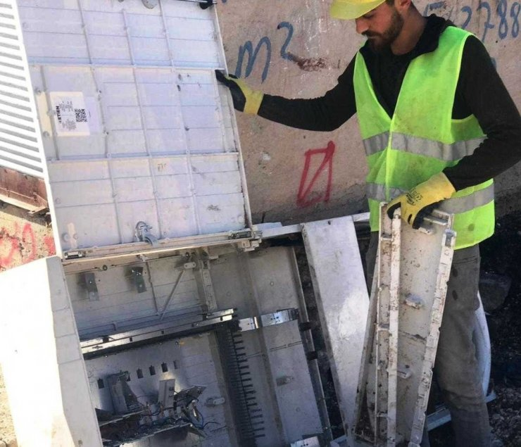 Viranşehir'de 7 pano tahrip edildi
