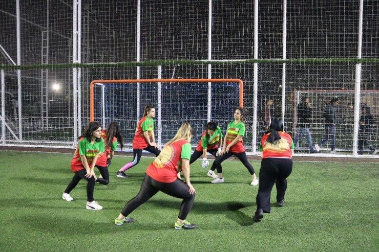 Futbol turnuvasında genç kızlar top koşturdu