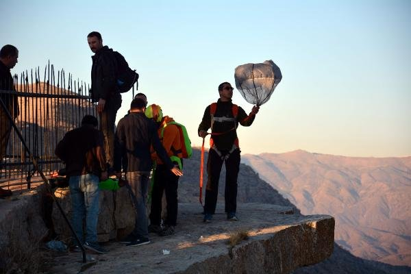 Aksiyon sporcuları, Siirt'te 1300 rakımlı tepeden atladı