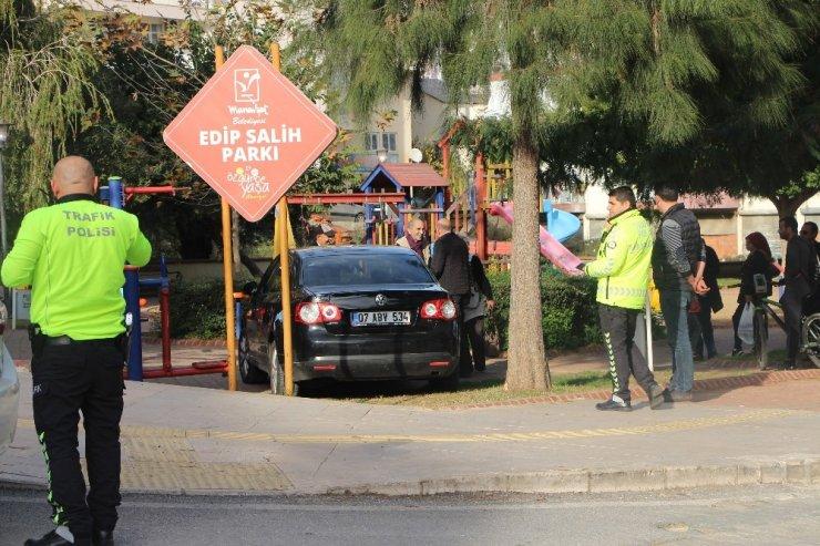 Fren yerine gaza basınca parktan içeri girdi, spor yapan kadına çarptı: 1 yaralı