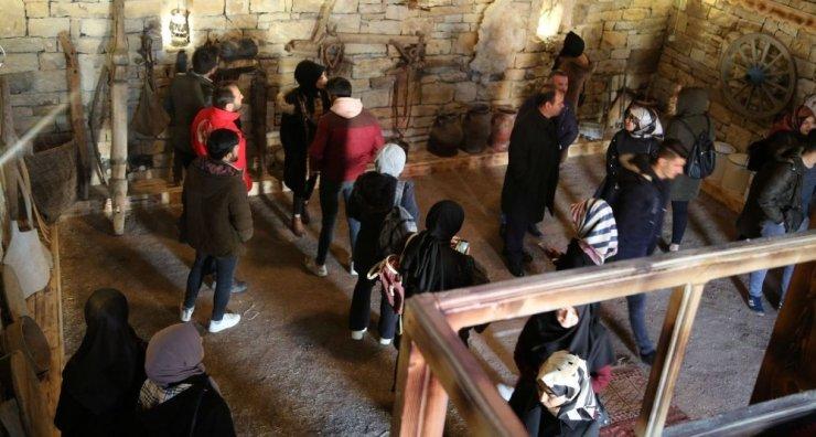 Polis ve üniversite öğrencilerinden Yukarı Kırzı Köyüne ziyaret