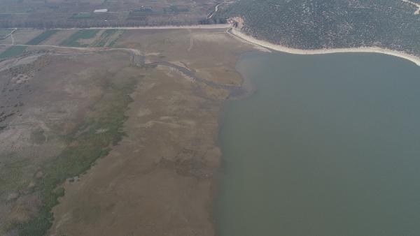 Bursa'da tarım arazilerine hayat veren Gölbaşı Barajı, kurudu