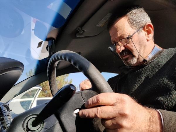 Emekli polis, direksiyon deri kaplama işi yapıyor