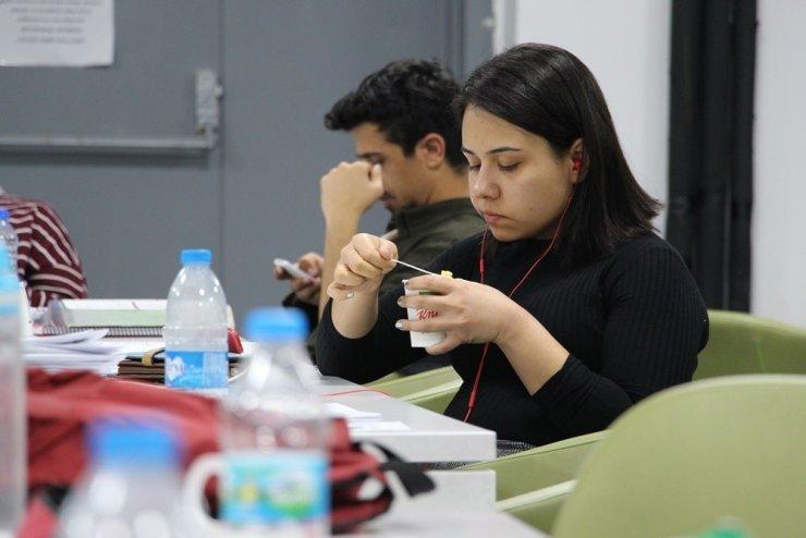 Kütüphanede ders çalışan öğrencilere sıcak çorba ikramı