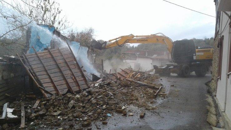 Gündoğdu ve Tavşantepe'de metruk binalar yıkıldı