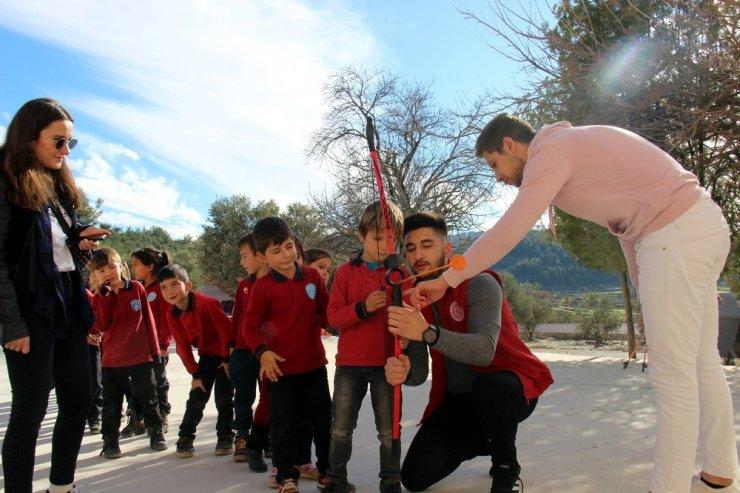 Kırsaldaki çocukların yüzü Kızılay ile gülüyor