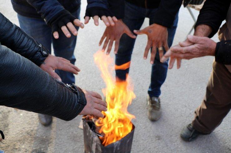 Pazarcılar soğuktan korunmak için soba kurdu