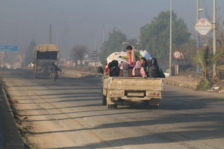 İdlib'e yönelik gerçekleştirilen saldırılarda binlerce sivil yerinden oldu