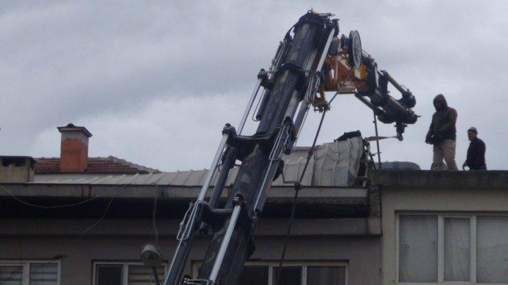 Bursa'da şiddetli lodos sonucu iş hanının çatısı sarktı