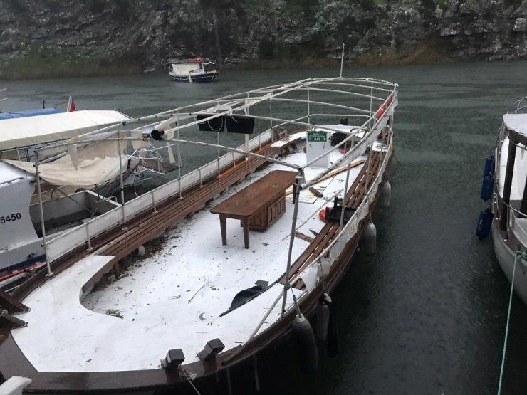 Dalyan'da şiddetli rüzgar teknelerin güneşliklerini uçurdu
