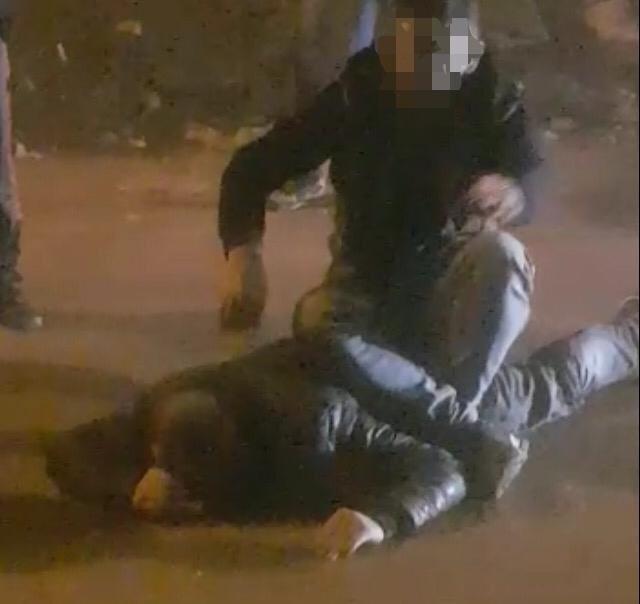 Hırsızı yakaladı, kaçmasın diye üzerine oturup polisi bekledi