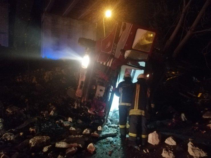 Bitkisel yağ yüklü kamyon şarampole yuvarlandı: 1 yaralı
