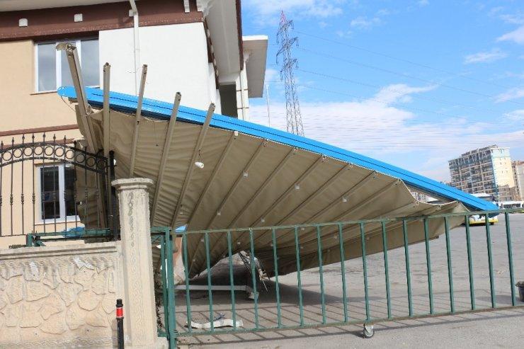 Konya'da şiddetli rüzgar düğün salonunun tentesini uçurdu