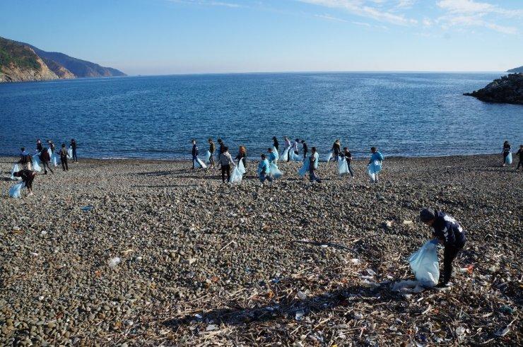 Duyarlı gençler sahili temizledi