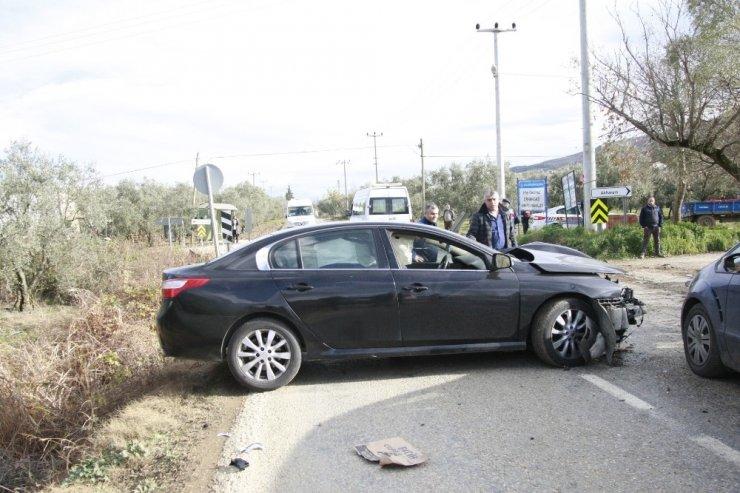 Otomobiller kafa kafaya çarpıştı