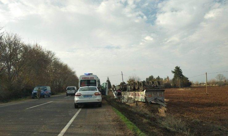 Buğday yüklü tır devrildi: 2 yaralı