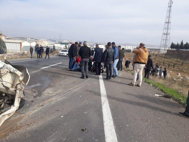Otomobiller çarpıştı: 2'si ağır 4 yaralı