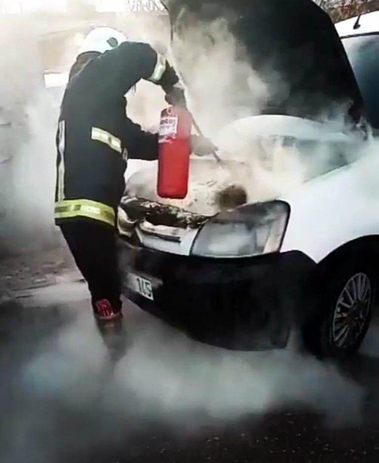Park halinde kamyonetin motoru yandı