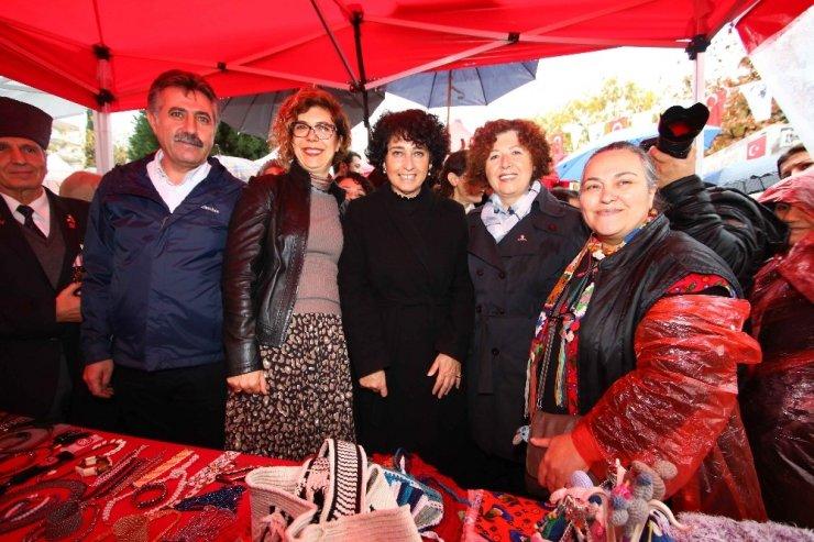 Bayraklı'da kadınlardan yeni yıl pazarı