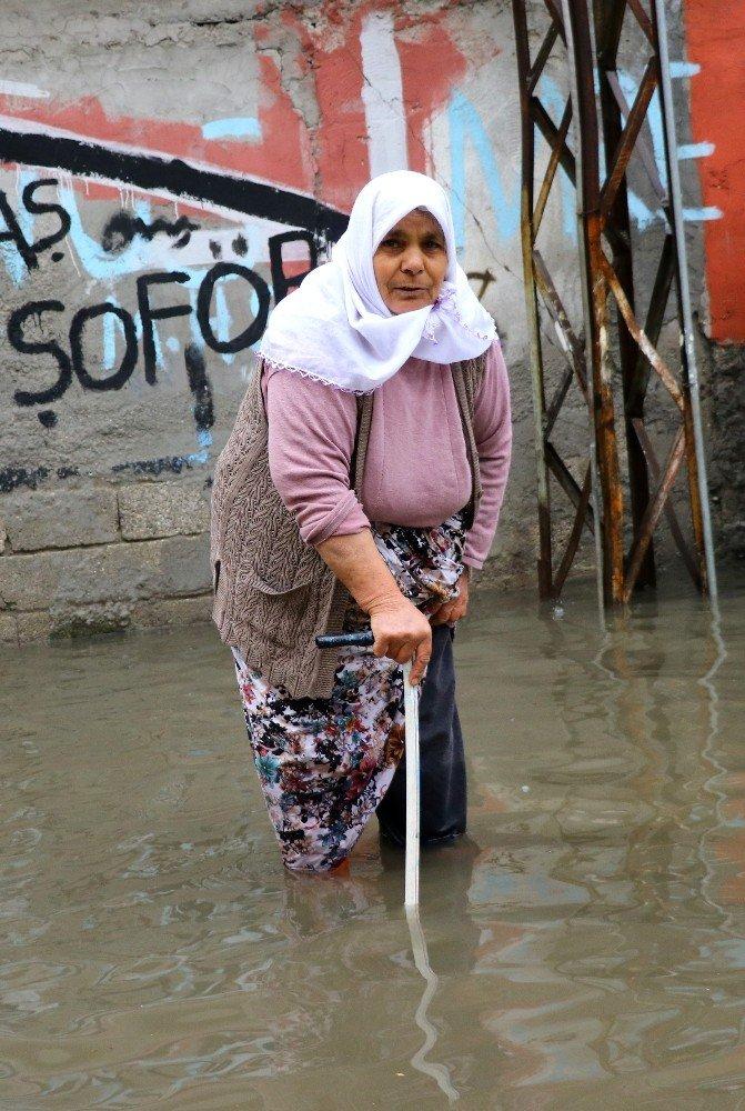 Evlerini su basan vatandaşlar çileden çıktı