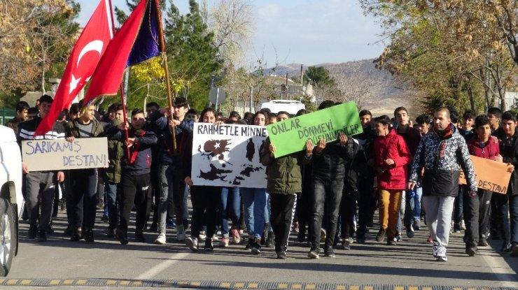 Gercüş'te lise öğrencileri Sarıkamış şehitleri için yürüdü