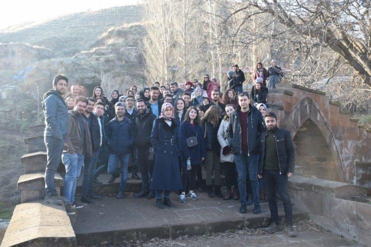Aday öğretmenlere Ahlat'ın tarihi mekanları tanıtıldı